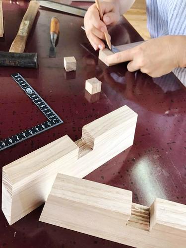 木の座椅子作り教室 のこぎりとのみで仕口を作ります。