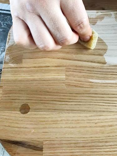 木の座椅子作りのワークショップ オイル塗装。