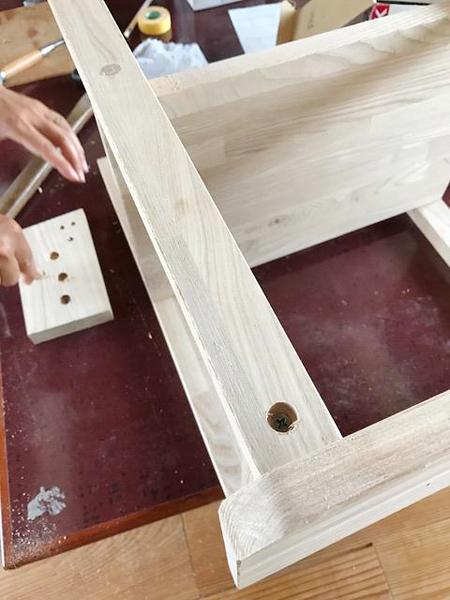 ビスの穴をダボ埋めします。棚作りワークショップ。