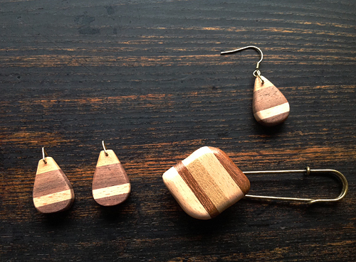 寄木のアクセサリー。ピアスとスカーフピン。