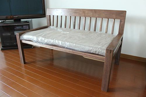 ブラックウォールナットのソファ。クッションもあります。