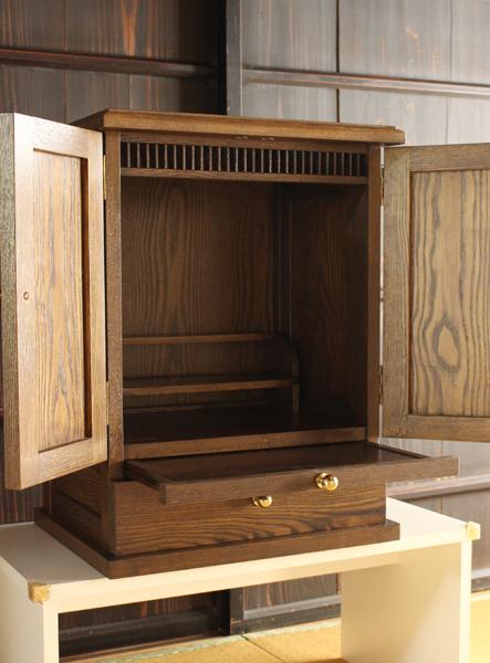 現代仏壇の扉を開いて、引き出しを出した状態。