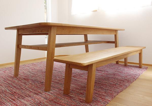 オーダーのダイニングテーブルとベンチ。