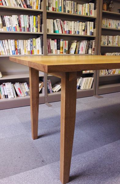 ナラの木のテーブル。