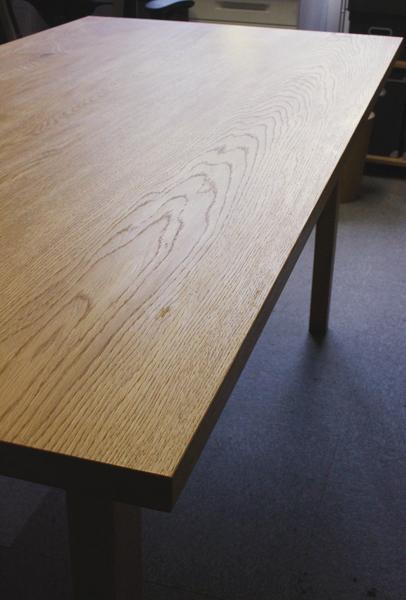 楢のテーブル。木目がきれい。
